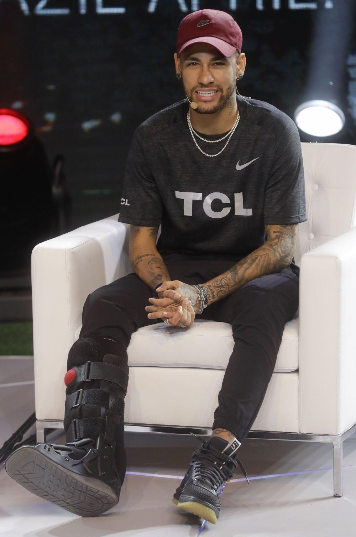 Neymar dice que tendrá el alta en un mes