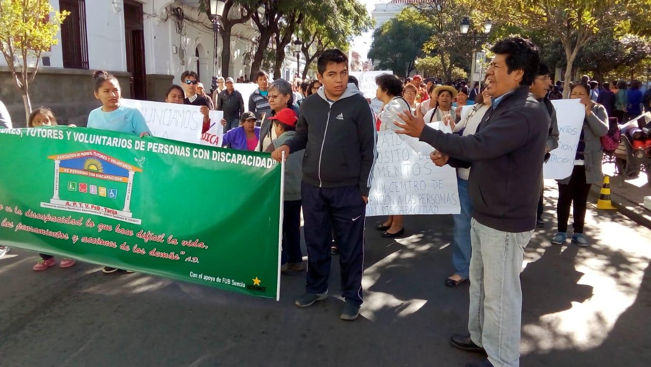 Personas con discapacidad marchan exigiendo sus derechos
