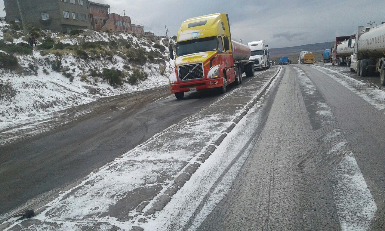 Cierran frontera Bolivia-Chile por intensa nevada y transportistas piden ayuda