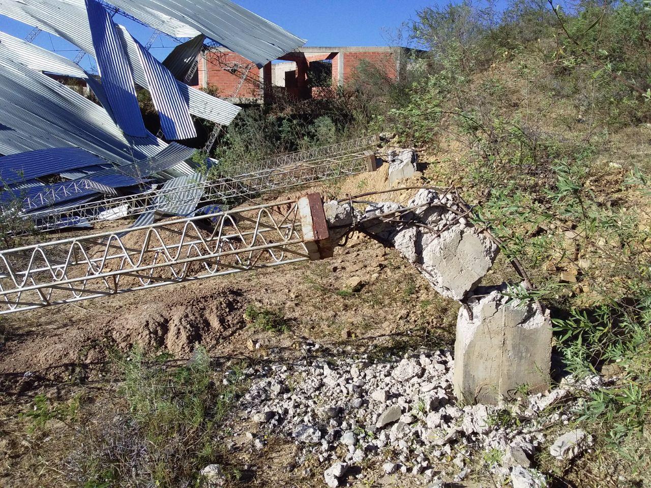 (FOTOS) Techos, tinglados y vidrios rotos de Unidades Educativas a causa de intensos vientos