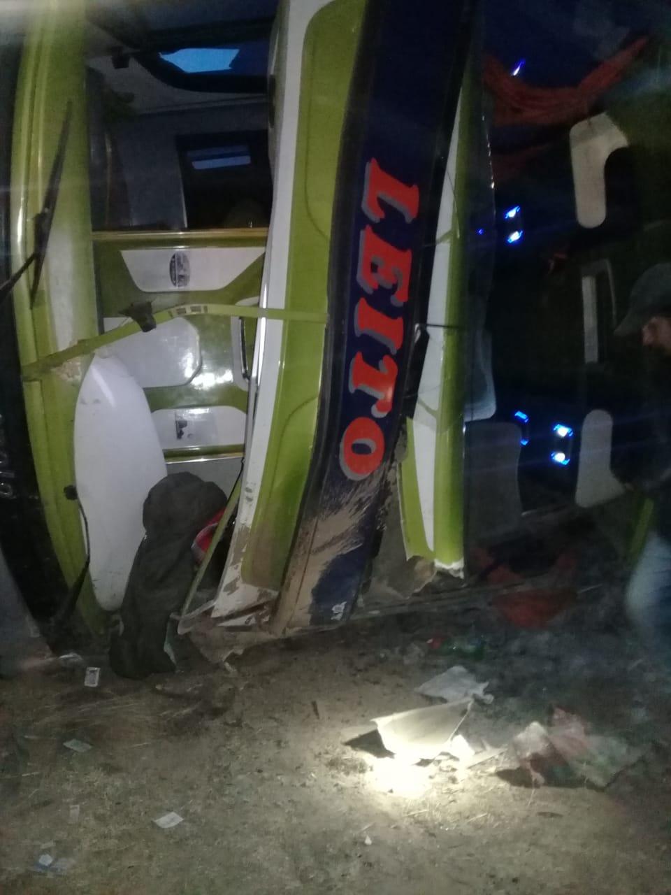 2 personas muertas y 24 heridos en vuelco de flota Tarija-La Paz