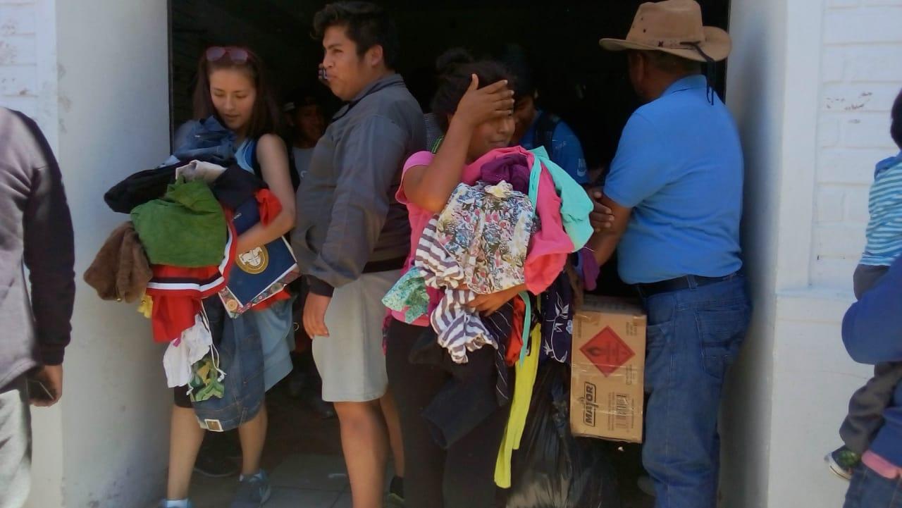 Comerciantes regalan ropa usada para evitar el decomiso de Aduana (VIDEO)