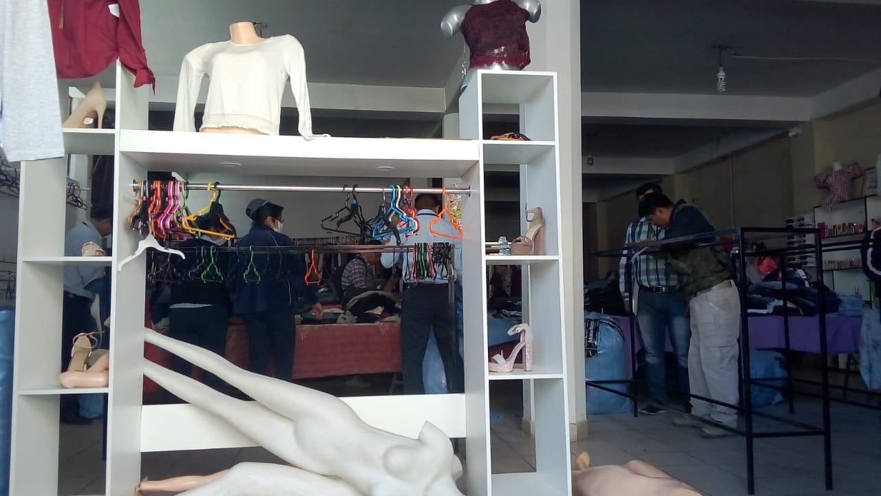 Aduana decomisa ropa usada en tiendas del centro de Tarija