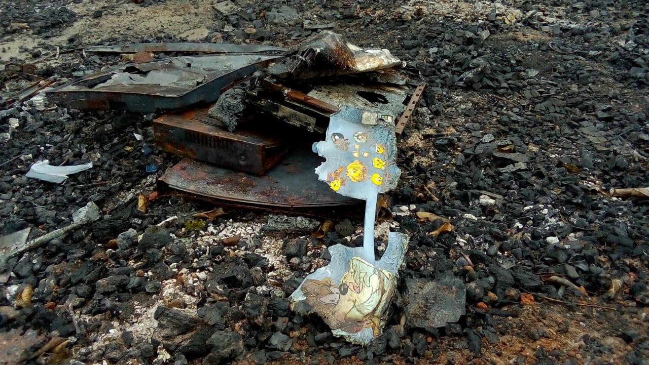 Trágicos restos del incendio en la comunidad El Pelícano