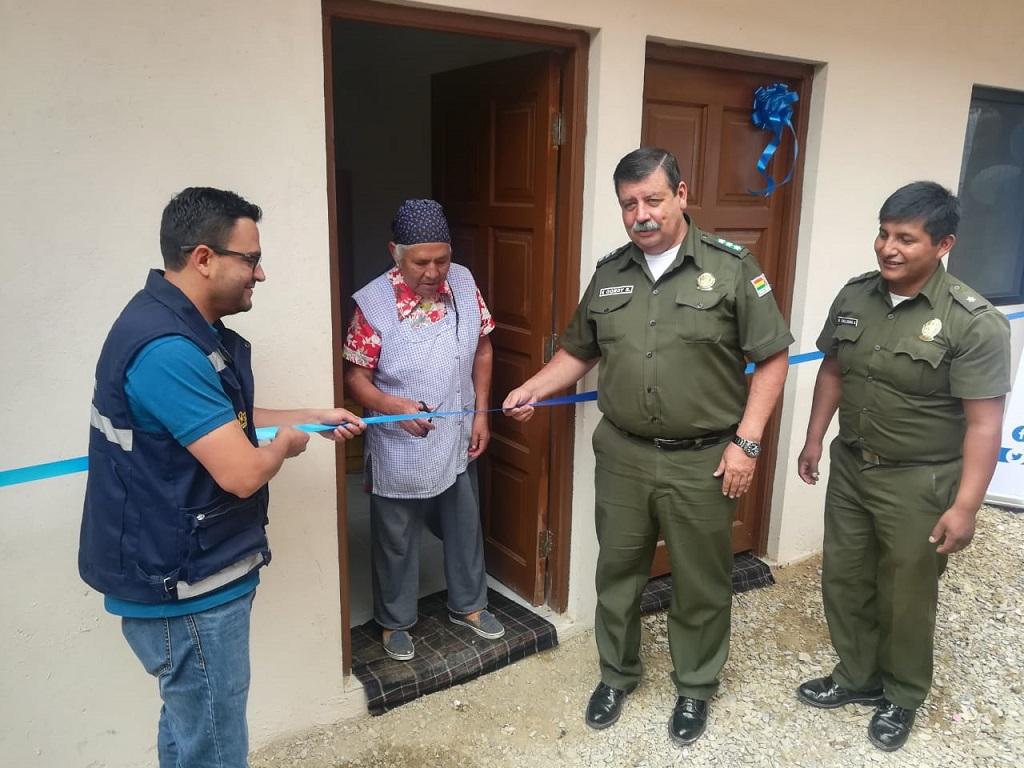 Policía Departamental junto a otras instituciones realizan la entrega de una vivienda a una familia de bajos recursos