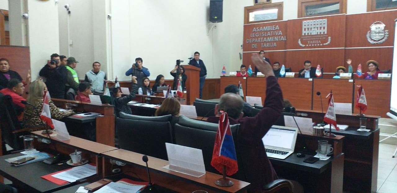 Vega continua al frente de la Asamblea tras tarde de tensión
