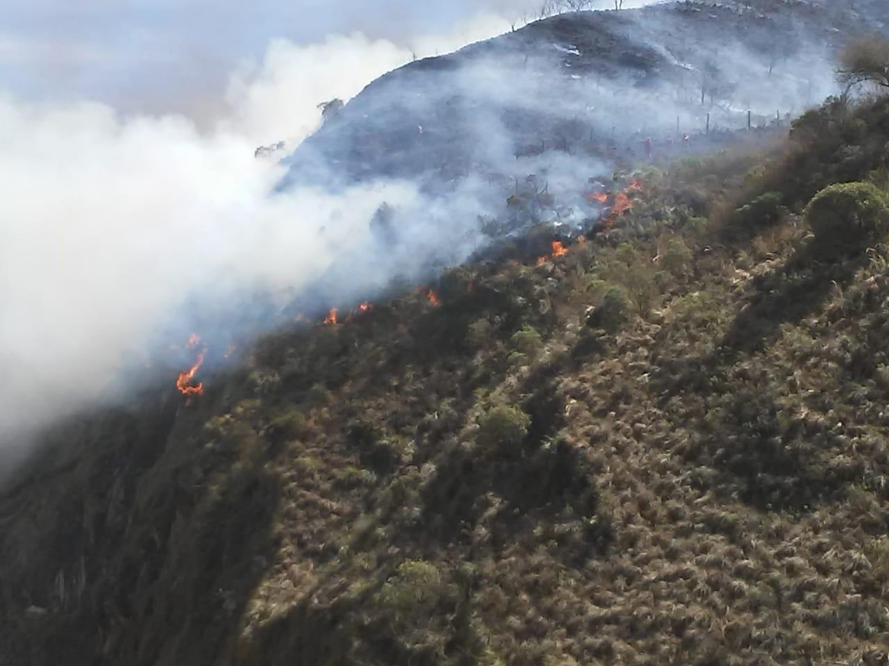 Marchistas de Tariquía se detienen para ayudar en el incendio de Canaletas