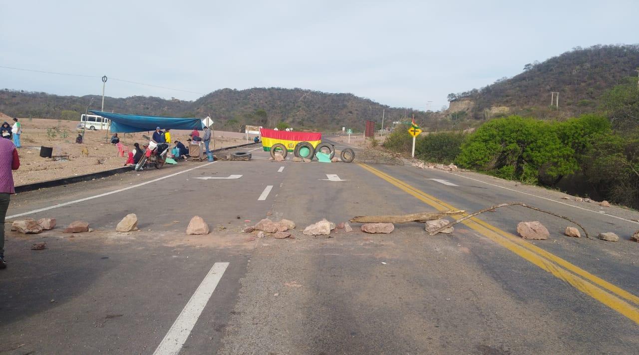 Segundo día de bloqueo en Palos Blancos-Tarija