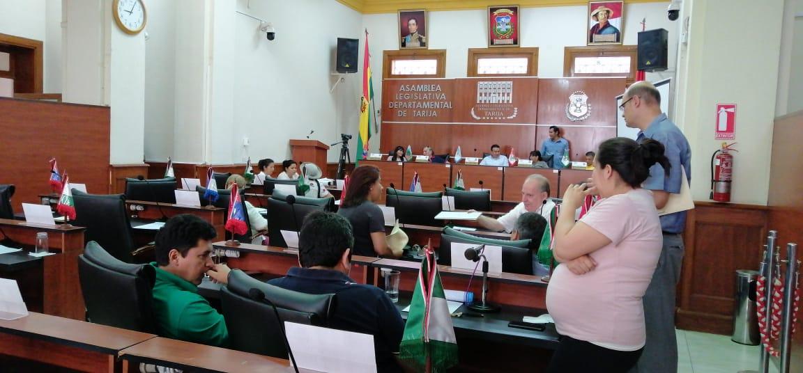 Asamblea amaga con sesionar; pero suspende en 30 minutos