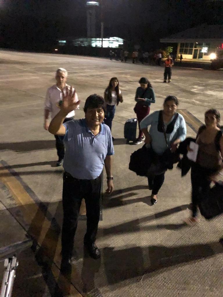 Evo deja Bolivia y acelera el traspaso constitucional