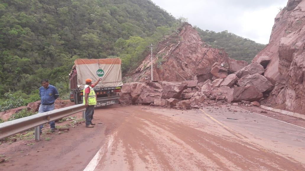 ABC realiza trabajos de limpieza tras derrumbe en la carretera Tarija-Villa Montes