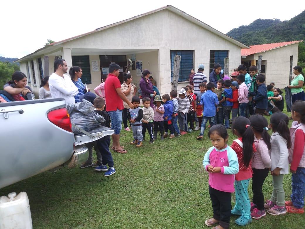 Dos fundaciones  llevan regalos a niños de Tariquía