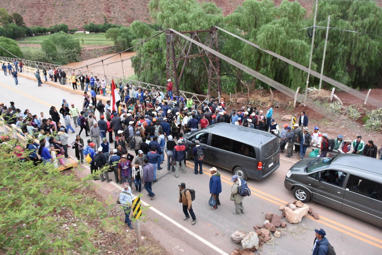 Vecinos de la zona alta protestan en El Puente por precios de la cebolla