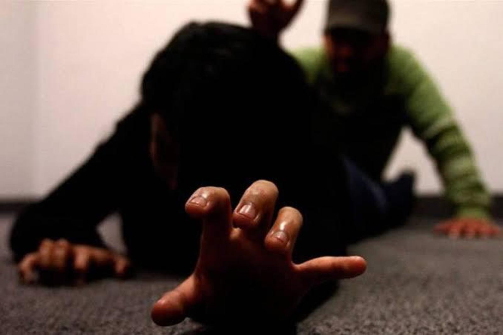 Ayudaba a su amiga y el hermano de ésta la violó