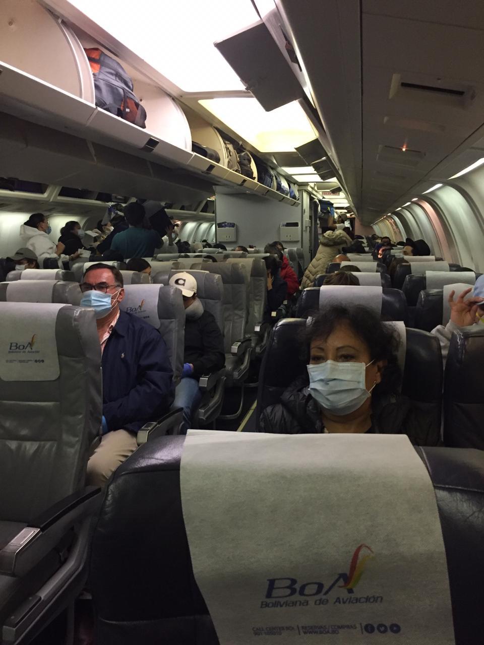 Pasajeros de vuelo humanitario denuncian retención en Santa Cruz